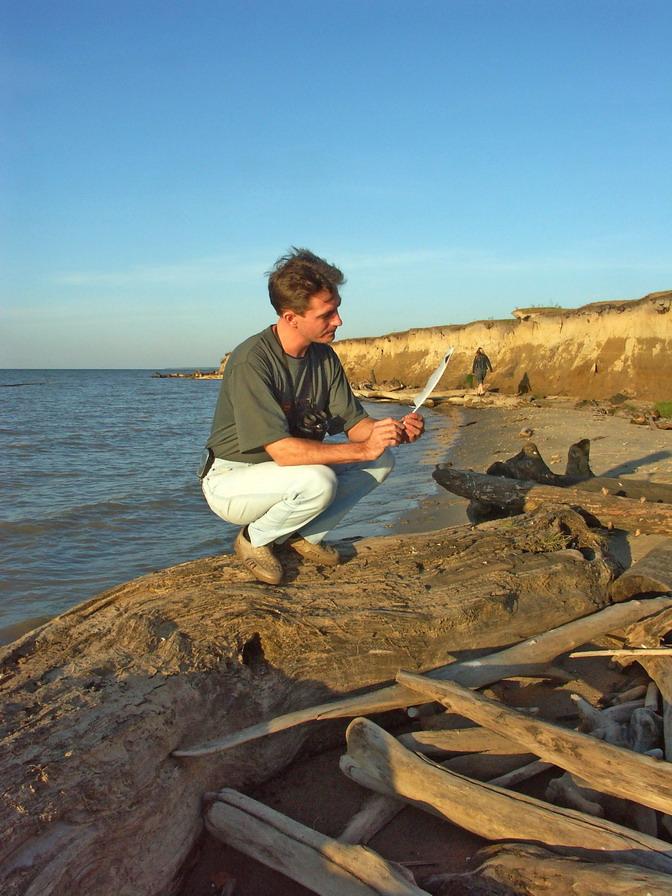 Обрывистый берег нашел перо чайки
